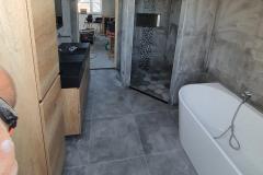 badkamer-grijs-hout